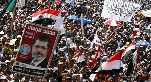 Egypte: un mort dans des heurts près de la place Tahrir, trois tués en banlieue du Caire